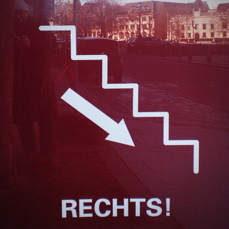 Piktogramm, dass es eine Treppe heruntergeht, darunter das Wort 'Rechts'