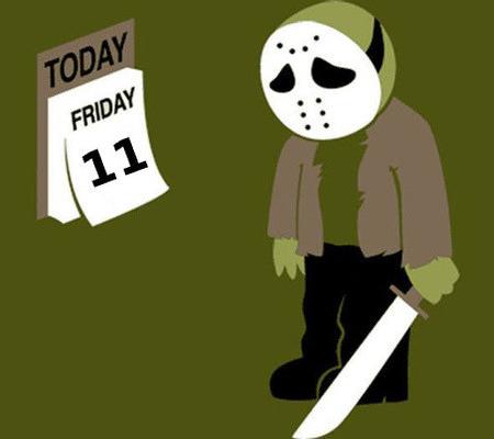 Unbeschreibliche Zeichnung eines traurig anmutenden, maskierten Messermörders, der vor einem Kalender steht, auf dem Freitag der Elfte steht...