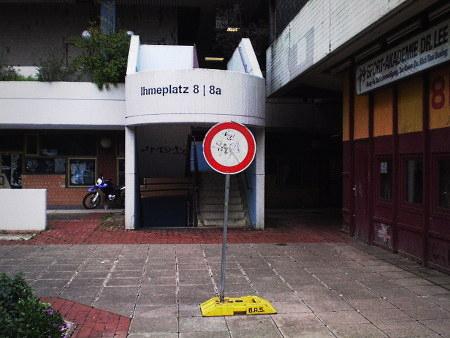 Absurdes provisorisches Schild 'Einfahrt verboten', dass ohne jeden Bezug zu irgendetwas im Ihmezentrum herumsteht