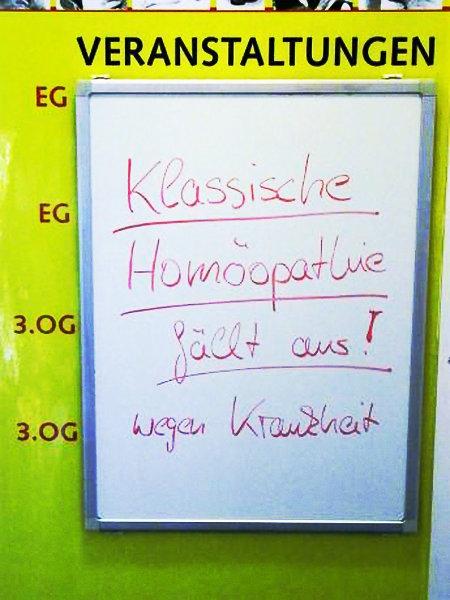 Hinweis an einer Veranstaltungstafel: Klassische Homöopathie fällt aus! wegen Krankheit