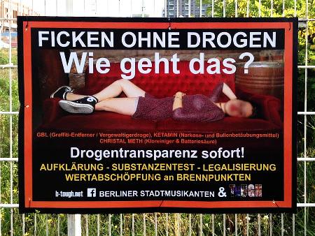 An einem Bauzaun aufgehängtes Plakat: FICKEN OHNE DROGEN -- Wie geht das?