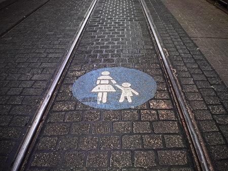 Absurde Kennzeichnung eines Schienenweges für Straßenbahnen in Hannover-Linden als 'Fußweg'.