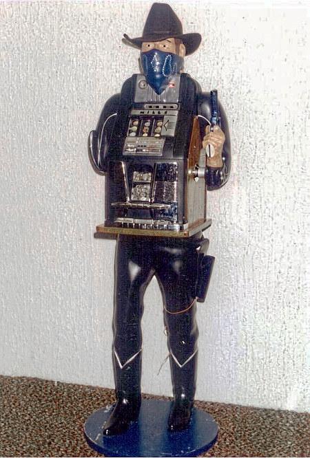 Einarmiger Bandit, der so gebaut ist, dass er wie ein stehender, maskierter Gangster mit Faustfeuerwaffe aussieht.