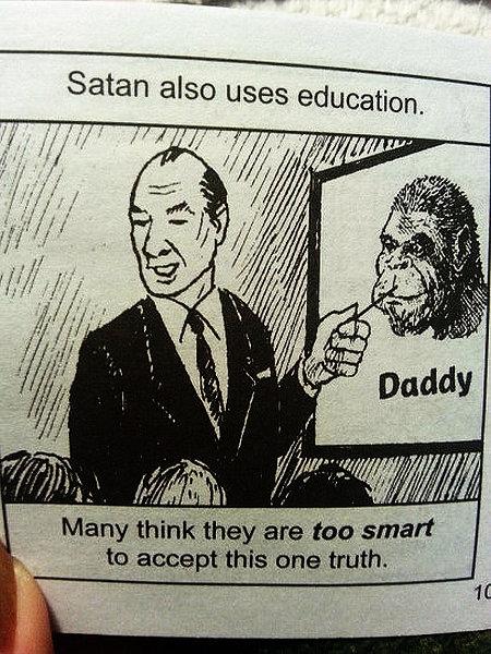 Illustration in einem Traktat. 'Satan also uses education.' Darunter ein Lehrer, der mit einem Zeigestock auf das Bild eines Affen zeigt, unter dem 'Daddy' steht. 'Many think they are too smart to accept this one truth.'