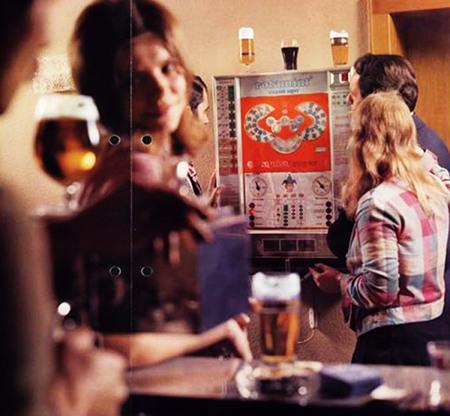 Werbung für das NSM-Geldspielgerät Rotamint Exqusit Super mit einer (gestellten) Kneipenszene aus den Siebziger Jahren, die im Vergleich zum heutigen Standard der Gastronomie geradezu gemütlich wirkt.