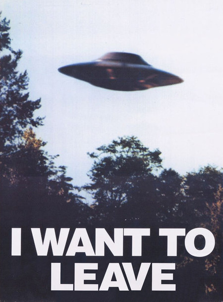 Das ikonische Bild eines Billy-Meier-UFOs zum Poster 'I want to believe' mit dem Text 'I want to leave'.