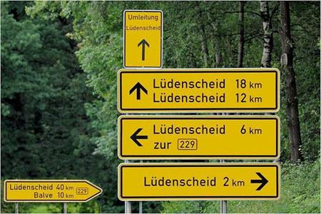 Ein Wegweiser, auf dem gleichzeitig zu lesen steht: Lüdenscheid 2 km, Lüdenscheid 6 km, Lüdenscheid 12 km, Lüdenscheid 18 km, Lüdenscheid 40 km