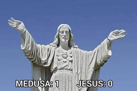 Bild einer großen, steinernen Jesus-Statue. Darunter der Text: Medusa: 1, Jesus: 0