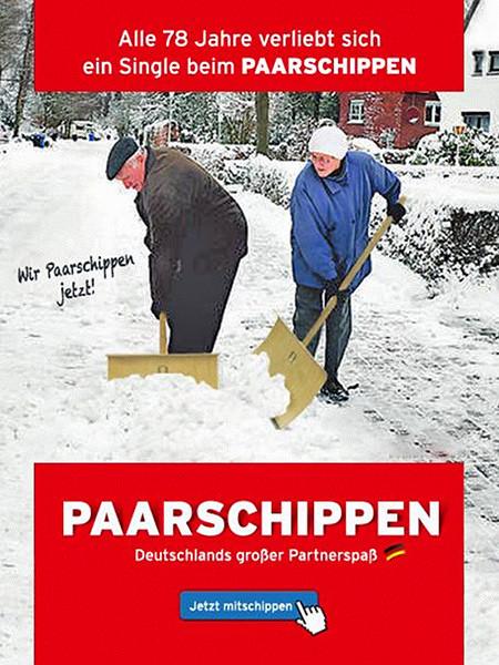 Bild von zwei alten Menschen beim Schneeschippen -- Alle 78 Jahre verliebt sich ein Single beim PAARSCHIPPEN -- Wir Paarschippen jetzt! -- PAARSCHIPPEN -- Deutschlands großer Partnerspaß -- Jetzt mitschippen