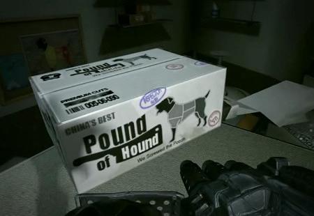Screenshot aus Duke Nukem Forever, aus dem Level in der Küche. Abgebildet ist ein Paket mit dem Aufdruck: China's Best -- Pound of Hound -- We screwed the Poooh