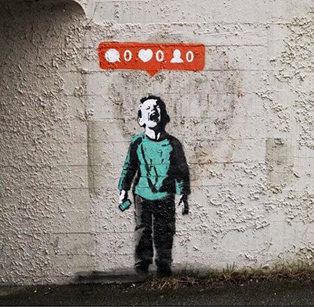 Graffito: Ein schreiender Junge hält ein Smartphone in der Hand, darüber eine Sprechblase mit typischen Piktogrammen. Sprechblase: 0, Herz: 0, Person: 0