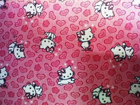 Geschmackloser Teppich mit Hello-Kitty-Motiv auf einem Huntergrund aus Rosen und Herzen