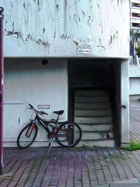 Foto eines Fahrrades vor einem Betontreppenaufgang im Ihmezentrum, stark nachbearbeitet