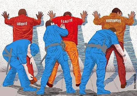 Drei Männer stehen breitbeinig mit dem Rücken zum Betrachter an der Wand und werden von blau uniformierten, bewaffneten Männern am ganzen Körper abgetastet. Die drei so untersuchten Männer tragen auf ihrem Rücken die Wörter Liberté, Égalité und Fraternité