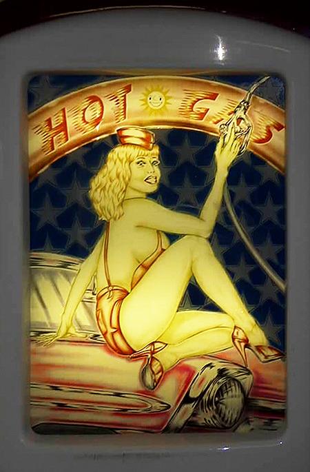 Rückseite des Nova-Geldspielgerätes 'Hot Gas' aus dem Jahr 1997 mit einer beinahe unbekleideten Frau mit großen Brüsten, die auf der Kühlerhaube eines Autos herumfläzt und eine Zapfpistole in der Hand hält.