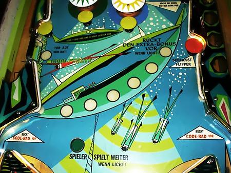 Spielfeld des Bally-Flippers Capersville aus dem Jahr 1966, mit deutscher Übersetzung aller Elemente. Tor auf wenn Licht; Rückt den Extra-Bonus vor wenn Licht; Spieler spielt weiter wenn Licht; Rückt Code-Rad vor.