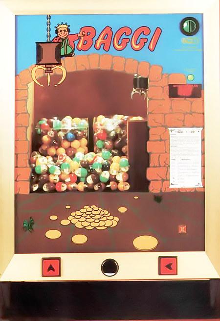 Geldspielgerät 'Hellomat Baggi' aus dem Jahr 1986. Es handelt sich um ein Gerät, bei dem man mit einem steuerbaren Bagger ein Ei aus einem rotierenden Behälter greifen muss.