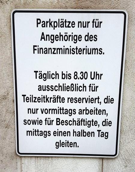 Parkplätze nur für Angehörige des Finanzministeriums. Täglich bis 8.30 Uhr ausschließlich für Teilzeitkräfte reserviert, die nur vormittags arbeiten sowie für Beschäftigte, die mittags einen halben Tag gleiten.