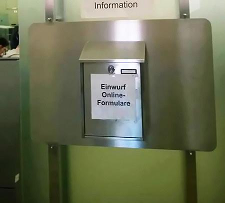 Aufkleber auf einem Briefkasten: 'Einwurf Online-Formulare'.