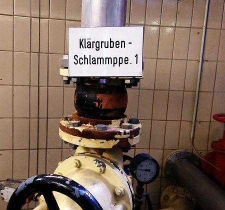 Hinweisschild an einer Pumpe: Klärgruben-Schlammppe. 1