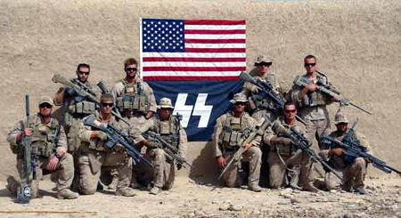 US-Soldaten in Afghanistan, September 2010, vor einer US-Flagge, unter der eine blaue Flagge mit den SS-Runen angebracht wurde