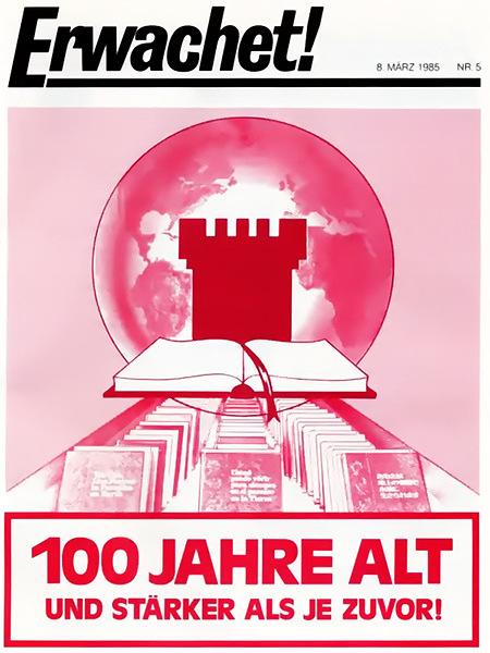 Titelblatt der Publikation 'Erwachet!' der Zeugen Jehovas, Ausgabe vom 8. März 1985. Vor der Erde ein riesiger Wachtturm, vor dem ein aufgeschlagenes Buch liegt. Davor eine Auswahl diverser Literatur der Zeugen Jehovas. Darunter in großen Buchstaben: '100 Jahre alt und stärker als je zuvor!'.