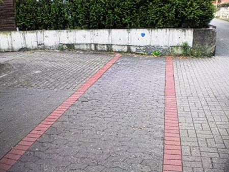 Ein Fahrradweg, der einfach an einer Wand endet.