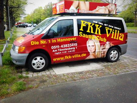 Stark sexualisierte Werbung mit jeder Menge bloßen Frauenfleisches auf einem Auto am hannöverschen Maschsee: Die Nummer Eins in Hannover -- Wie geil ist das denn? FKK Villa Sauna-Club