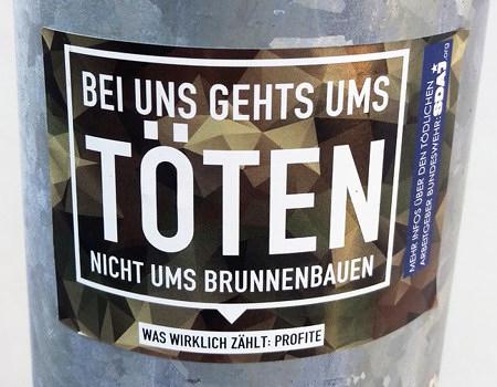 Aufkleber im Stil der aktuellen Werbekampagne der Bundeswehr: 'Bei uns gehts ums TÖTEN, nicht ums Brunnenbauen -- Was wirklich zählt: Profite