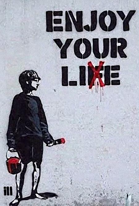 Graffito. Ein Junge mit einem Farbeimer und einem Pinsel steht an dem Spruch 'Enjoy your life', er hat das 'f' durchgestrichen.