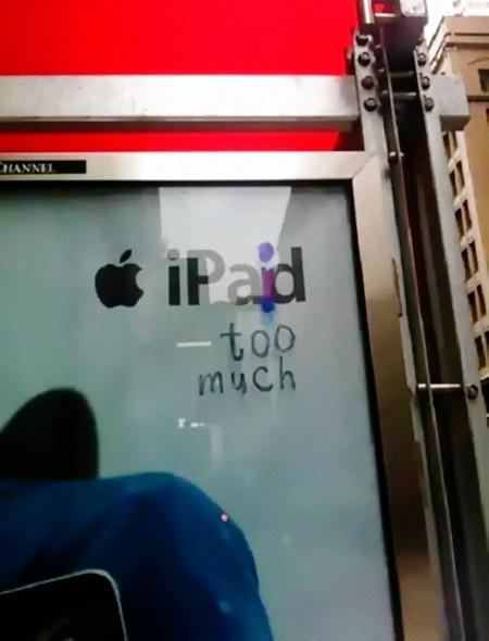 Der Schriftzug 'iPad' auf einem Schaufenster, der mit einem Edding zu 'iPaid too much' überarbeitet wurde