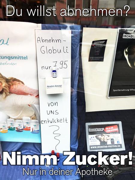 Schaufensterwerbung in einer Apotheke: 'Abnehm-Globuli, nur 7,95€, von uns entwickelt'. Dazu der Text: 'Du willst abnehmen? Nimm Zucker! Nur in deiner Apotheke