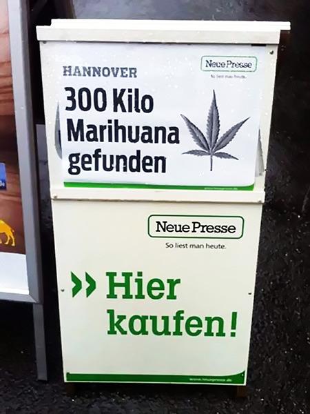 Werbung für die Neue Presse (Hannover). Oben die Schlagzeile des Tages: 'Hannover: 300 Kilo Marihuana gefunden'. Darunter die Aufforderung: 'Hier kaufen'.