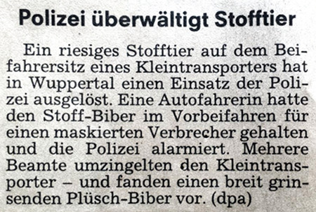 Polizei überwältigt Stofftier -- Ein riesiges Stofftier auf dem Beifahrersitz eines Kleintransporters hat in Wuppertal einen Einsatz der Polizei ausgelöst. Eine Autofahrerin hatte den Stoff-Biber im Vorbeifahren für einen maskierten Verbrecher gehalten und die Polizei alarmiert. Mehrere Beamte umzingelten den Kleintransporter und fanden einen breit grinsenden Plüsch-Biber vor. (dpa)