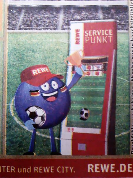 Absurde Grafik aus einer REWE-Reklame. Eine glubschäugelnde, grinsene lilablaue Kugel mit Beinen und Armen trägen einen Pokal und einen Fußball und steht vor einem Automaten 'REWE Servicepunkt'.