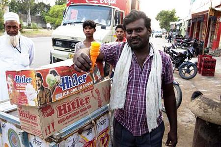Straßenszene aus Indien. Ein Verkläufer verkauft Eiscreme der Marke 'Hitler'.