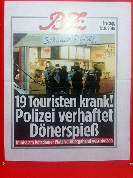 Schlagzeile der B.Z. vom 12. August 2016 in einem Reklameaufsteller -- 19 Touristen krank! Polizei verhaftet Dönerspieß