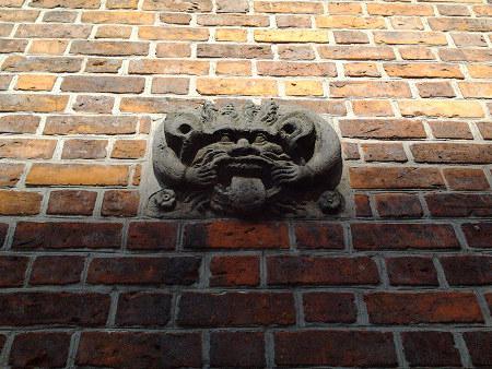 Fratze an der Mauer des hannöverschen Alten Rathauses, die den Ort markiert, wo dereinst der Pranger stand. Kann auch als Sinnbild des Internet und insbesonderer so genannter »Social Media« verwendet werden…