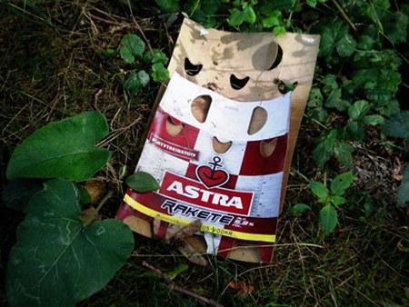 Im Landschaftsschutzgebiet weggeworfene Verpackung für 'Astra Rakete, Partytreibstoff, aromatisiert mit RUS-VODKA