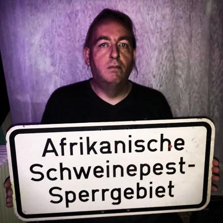 Selbstbild mit Schild 'Afrikanische Schweinepest-Sperrgebiet'...