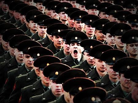 Einer unter den im Gleichschitt marschierenden Soldaten schreit auf
