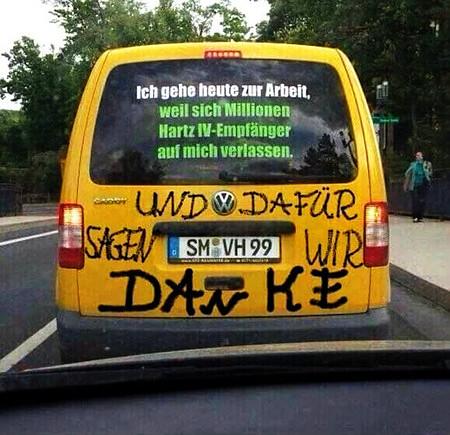 Auf der Heckscheibe eines Kleintransporters hat jemand den Text 'Ich gehe heute zur Arbeit, weil sich Millionen Hartz-IV-Empfänger auf mich verlassen'. Darunter hat jemand 'UND DAFÜR SAGEN WIR DANKE' gesprüht.