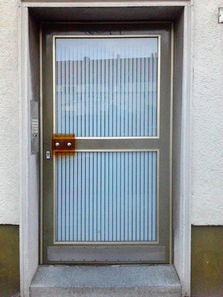 Tür im schönsten Fünfziger-Jahre-Design mit ausgetauschtem, überhaupt nicht dazu passendem Türgriff