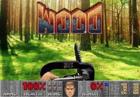 Waldszene, überlagert vom DooM-HUD, als Waffe wird die Kettensäge geführt. Darüber der auf dem Kopf gestellte Schriftzug 'DooM', der sich wie 'WOOD' liest.