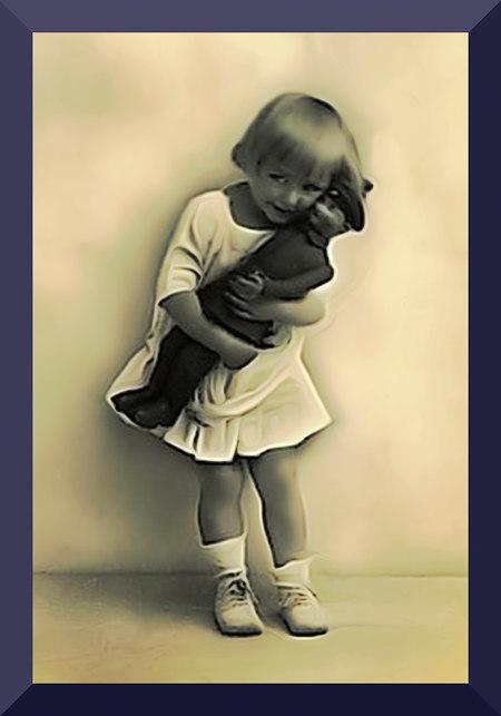 In der Wirkung unbeschreibliche Nachbearbeitung eines alten Fotos eines Mädchens mit einer großen Soldatenpuppe
