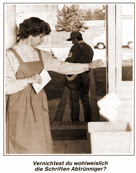 Illustration aus der Literatur der Zeugen Jehovas. Ein Foto einer Frau, die gerade einen Brief vom Briefträger entgegengenommen hat und ihn offenbar ungeöffnet in den Papierkorb wirft. Darunter die Frage: 'Vernichtest du wohlweislich die Schriften Abtrünniger?'.