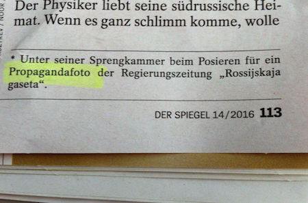 Unter seiner Sprengkammer beim Posieren für ein Propagandafoto der Regierungszeitung Rossijskaja gaseta.