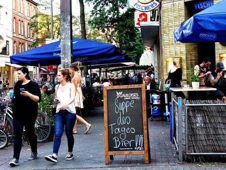 Aufsteller vor einer Kneipe (Fischer's an der Limmerstraße in Hannover-Linden): Suppe des Tages: Bier!!!
