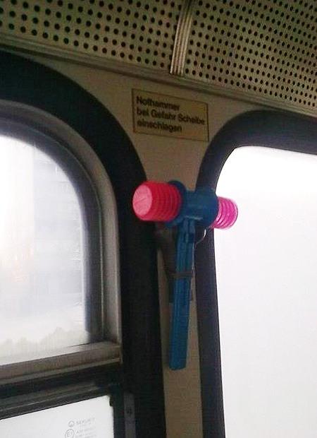 Spielzeughammer mit Luftposter-Schlagflächen als Nothammer in einem Bus eingehängt