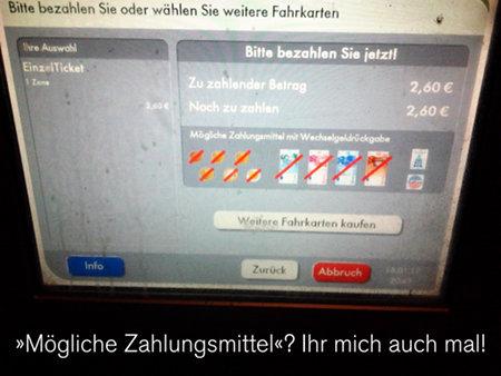 Foto eines Fahrkartenautomaten, der zur Bezahlung auffordert, aber keine Banknote und keine Münze annehmen will. Darunter: Mögliche Zahlungsmittel? Ihr mich auch mal!
